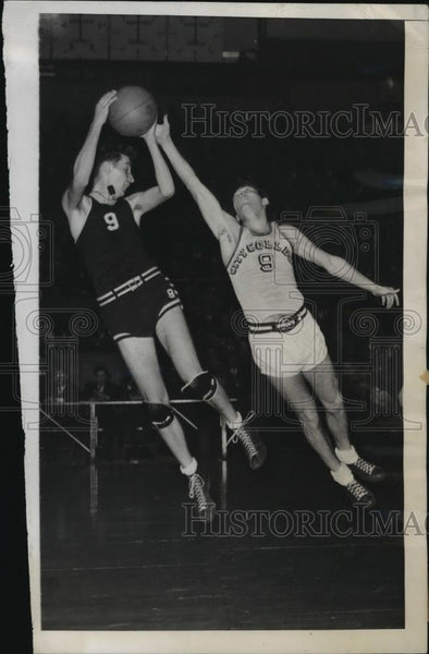 1945 Press Photo Paul Schmones of City College vs Reagan of St Joseph - Historic Images