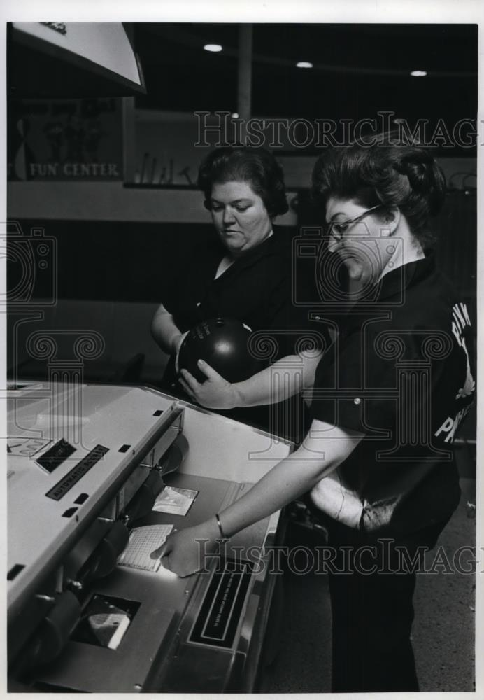 1971 Press Photo Bowlers Bonnie Hastings (left) and Dixie Arpin - orc09851 - Historic Images