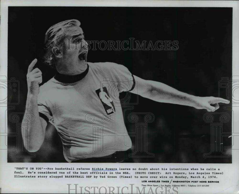 1974 Press Photo Pro basketball referee Richie Powers leaves no doubt - Historic Images
