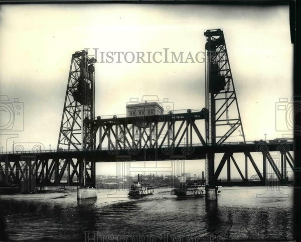 1917 Press Photo Steel Bridge was prominent as steam powered sternwheelers pass. - Historic Images