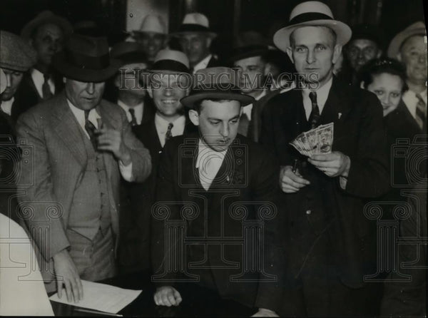 1935 Press Photo crowd swarmed in downtown office to buy chain letters. - Historic Images