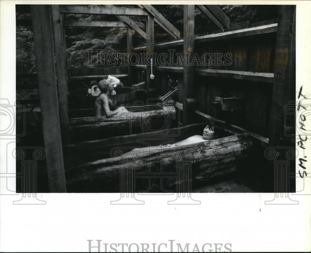 1988 Press Photo Hikers relax in hot tubs at Bagby Hot Springs - orb09831