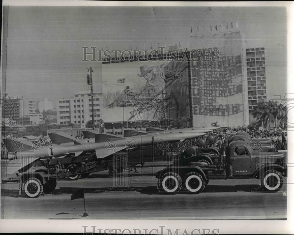 1965 Press Photo Cuban Missiles Were Displayed in Front of Industry Ministry - Historic Images