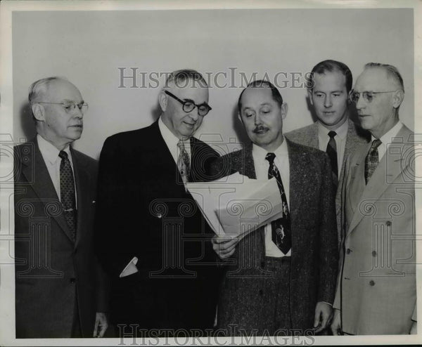 1953 Press Photo Liquor Commissioners meet with heads of alcoholic traffic - Historic Images