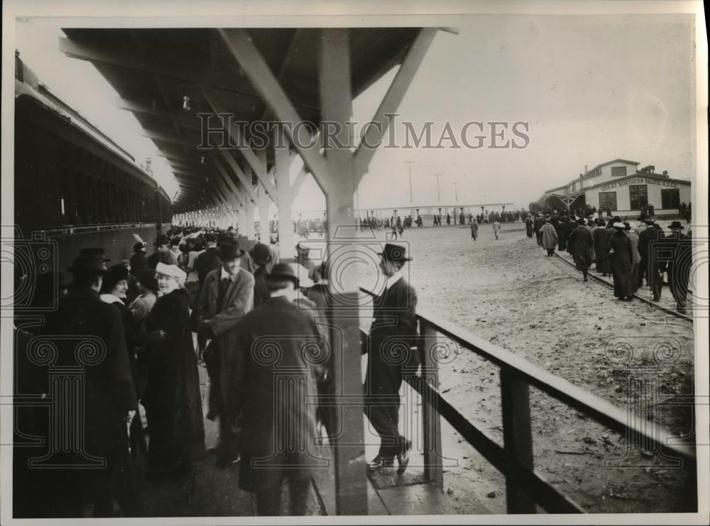 1915 Press Photo Crowd at Flavel, Ore - orb21373 - Historic Images