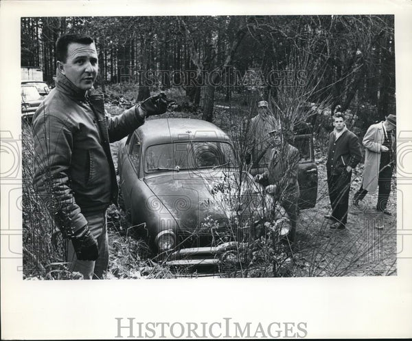 Press Photo Police Detective investigating an abandoned car - orb24331 - Historic Images