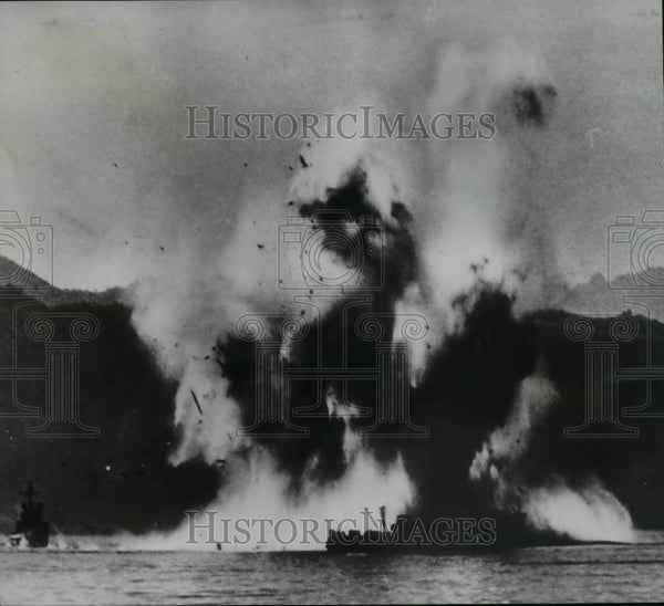 1950 Press Photo Korean Civil War Mine Sweeper blows up harbor of Wonsan - Historic Images