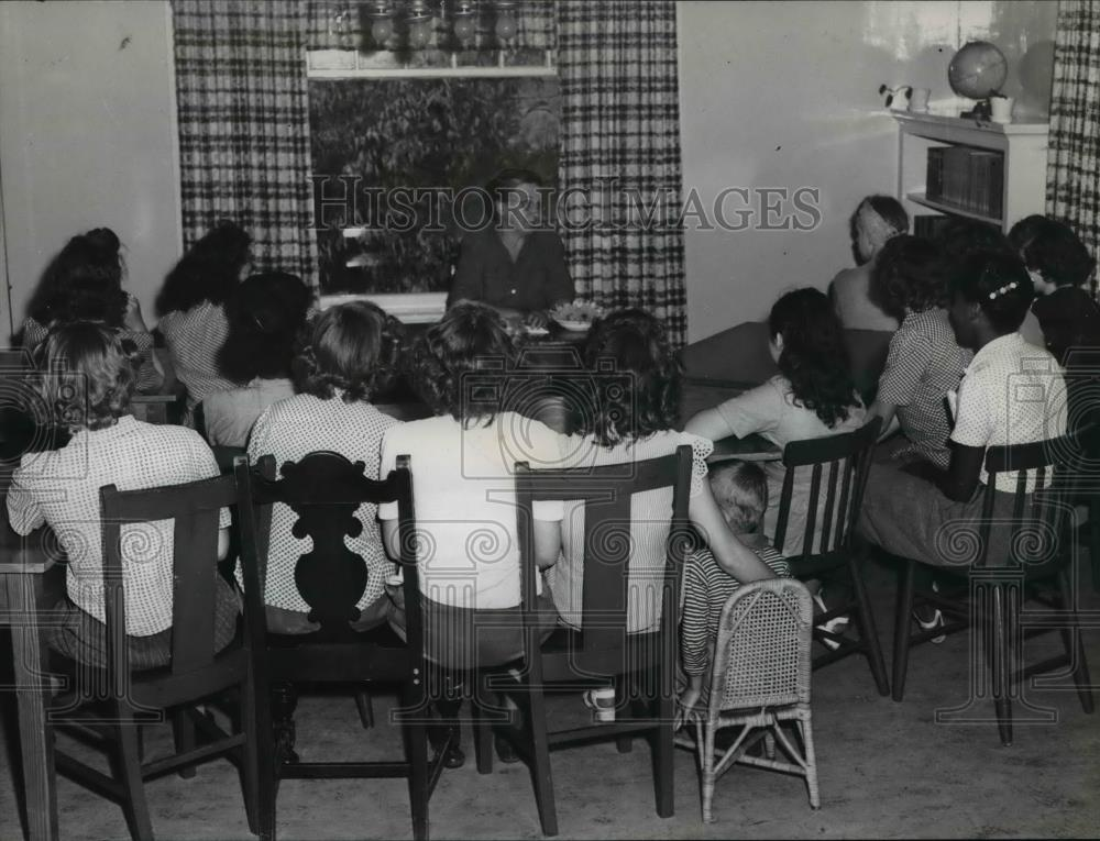 1946 Press Photo Juvenile home, delinquent and dependent children study together - Historic Images