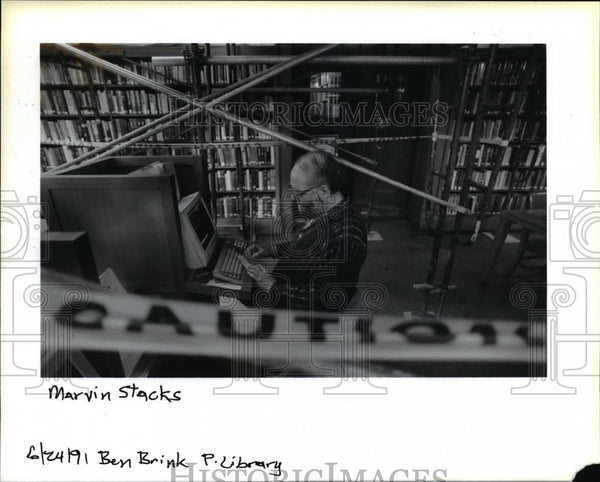 1991 Press Photo Marvin Stacks at computerized catalog in Central Library - Historic Images