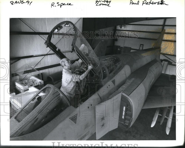 1991 Press Photo John Evans cleans MCDonnell F-4C at Oregon Air & Space Museum - Historic Images