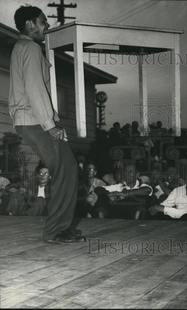 1945 Press Photo Dancer Marvin Ector holds table in mouth at Swan Island - Historic Images