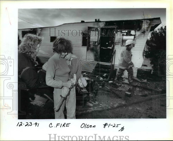 1991 Press Photo Lisa Dahlike & son Athan Smith after a fire swept their home - Historic Images