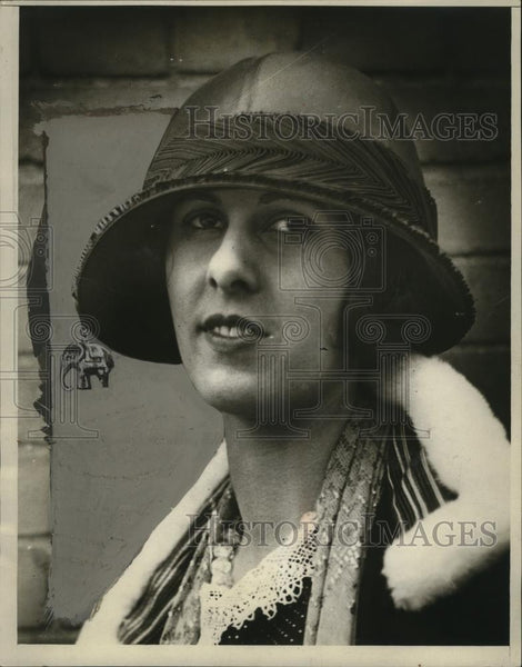 1924 Press Photo Elephant Hat Divas  - neo03940 - Historic Images