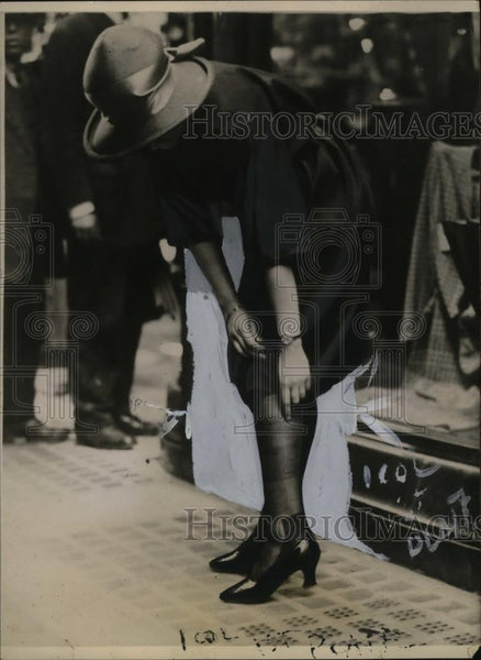 1922 Press Photo Ladder Stop Liquid for Hosiery/Pantyhose Runs - neo07860 - Historic Images