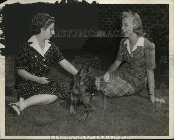 1941 Press Photo Elsie Bobey, Ingrid Carlson with Seeing-Eye Dog Ida - neo03087 - Historic Images