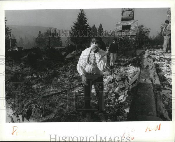 1991 Press Photo Judi Connell stands outside burning home at Ferret Drive home - Historic Images