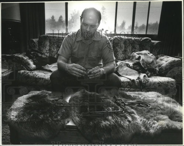 1991 Press Photo Dick Smith, Idaho Fish and Game reservist shows beaver traps - Historic Images