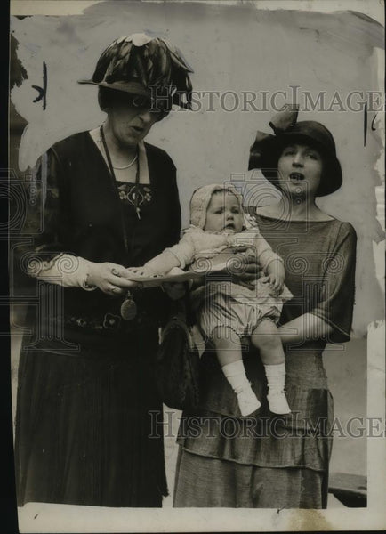 1924 Press Photo Grainger Kerr Judging Mom In Lullaby Contest, Mothercraft Comp. - Historic Images