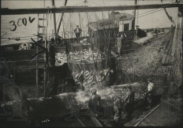1923 Press Photo Fishing Boat Unloading Nets - neo12019 - Historic Images