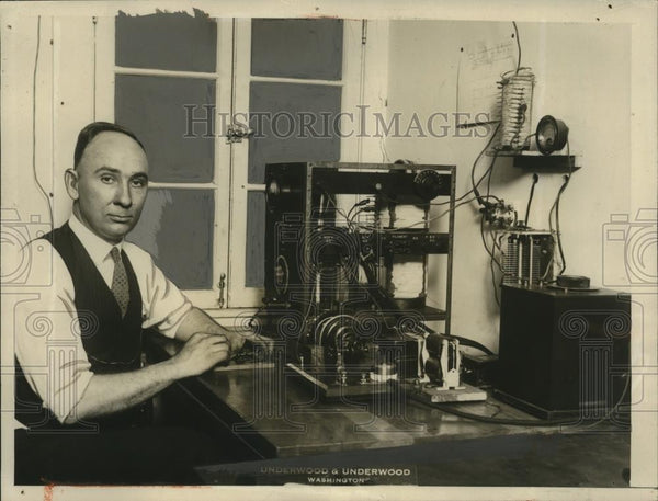 1927 Press Photo CB Hemple of US Bureau of Standards in DC with marker beacon - Historic Images