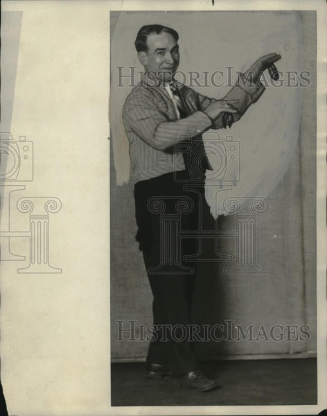 1929 Press Photo Julian Arroyo in a Castillian outfit in Cleveland Ohio - Historic Images