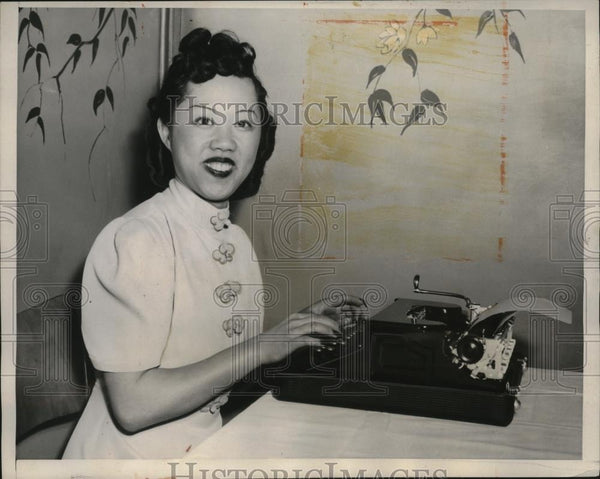 1940 Press Photo Mrs Henry Yo of Calif Manages to Type with Her 1 1/2 Inch Nails - Historic Images