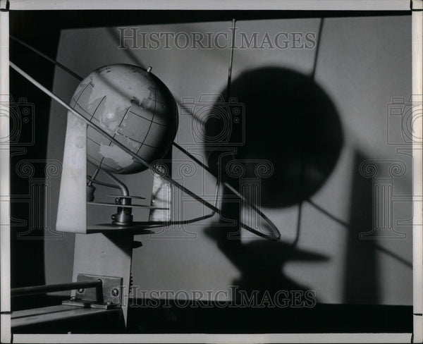 1950 Press Photo moon way to obscurity - Historic Images