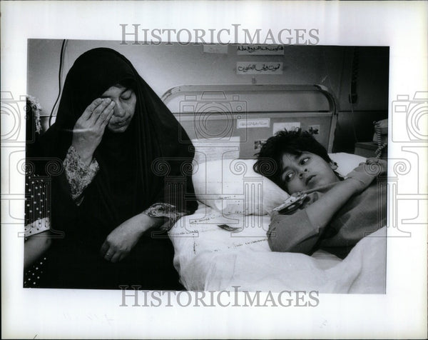 1991 Press Photo mother Kuwaiti boy hospital shot war - Historic Images