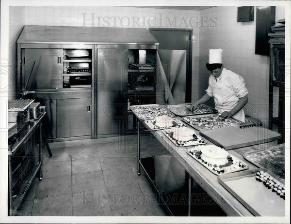 Press Photo Trader Vic's Restaurant, Roof Restaurant,chef in kitchen - Historic Images