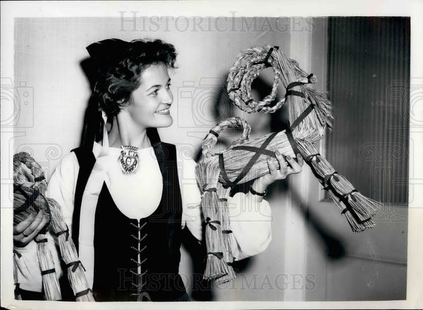 1954 Press Photo Raija Mathelin Helsinki Sells Straw Goat Bazaar London - Historic Images