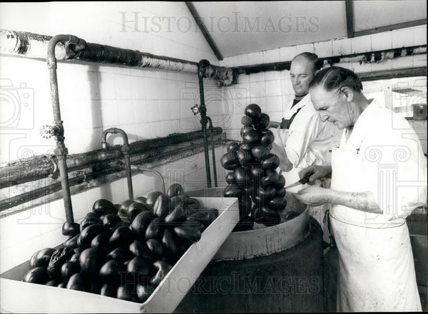 Press Photo Walter Markey makes winning batch of black pudding - Historic Images