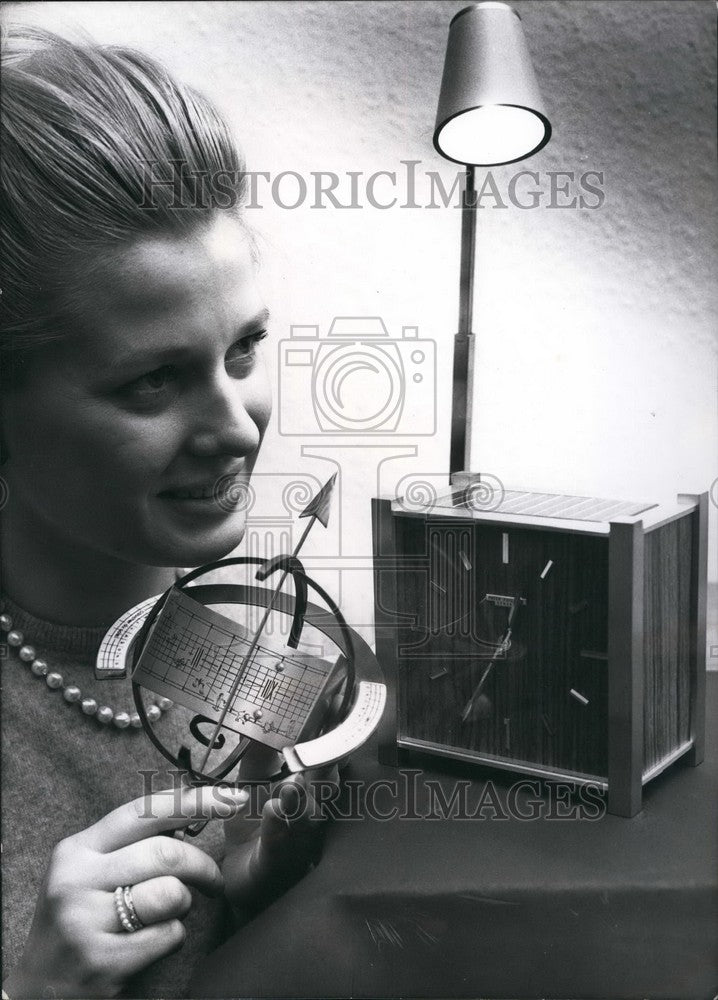 1964 Press Photo Photo Call Light Powered Clock Battery - Historic Images