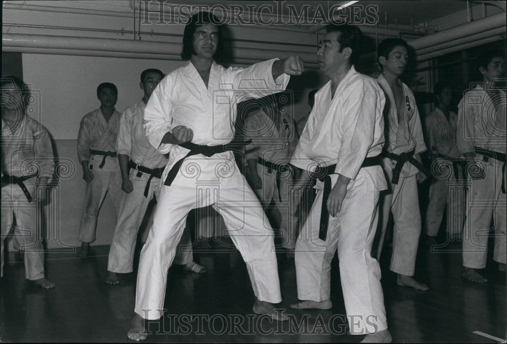 Press Photo Engelbert Humperdinck learns karate in Tokyo - Historic Images