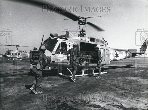 Press Photo Sodiers load onto a helicopter - Historic Images