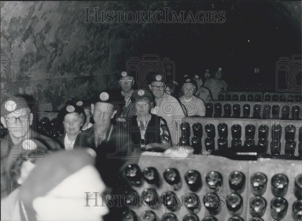 1971 Press Photo Tourists Visit the Caves of Champagne - Historic Images