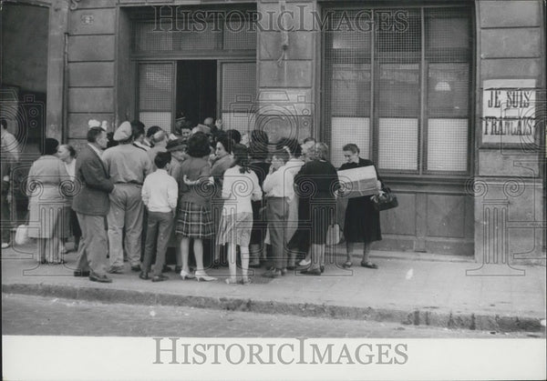 1962 Press Photo Crowd at the Police Station in Oran - Historic Images