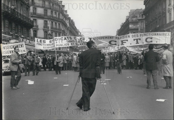 1961 Press Photo Demonstrators in the Avenue De L'Opera on the way to the finan - Historic Images
