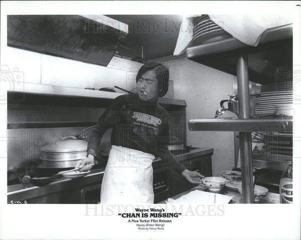 1982 Press Photo Marc Hayashi Actor Chan Missing Film Movie Kitchen Scene - Historic Images