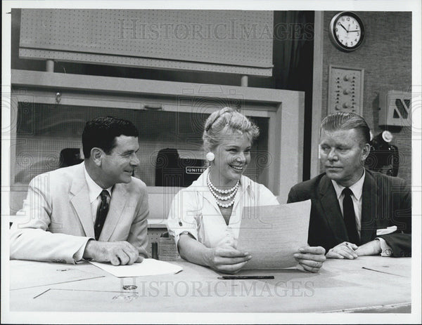 1958 Press Photo Newsman Frank Blair and Jack Lescoulie with Betsy Palmer - Historic Images