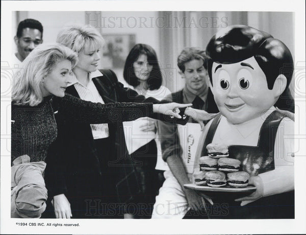 Press Photo Candice Bergen and a statue of Meaty Boy - Historic Images