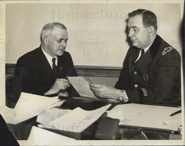 1936 Press Photo Dr. Frederick J. Bailey talks with Martin H. King. - Historic Images