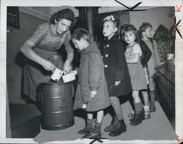 1946 Press Photo German Children In Soup Line Dusselldorf - Historic Images