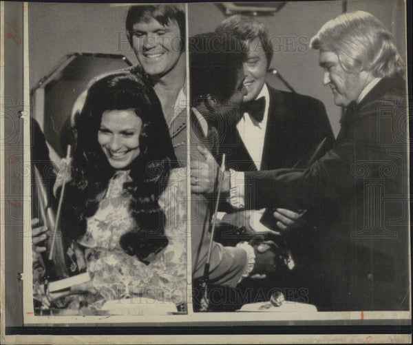1973 Press Photo Country Music Awards Charlie Rich Loretta Lynn - Historic Images