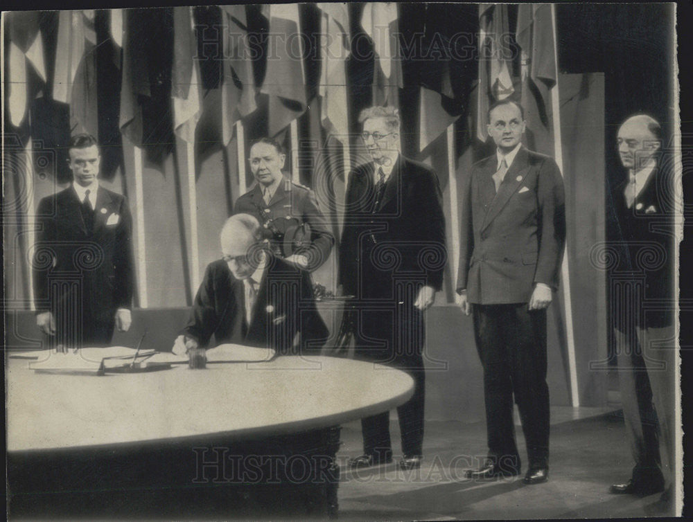 1945 Press Photo Earl of Halifax signs UN charter - Historic Images