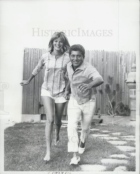 1963 Press Photo Paul Anka and his bride, around the patio in their cottage - Historic Images