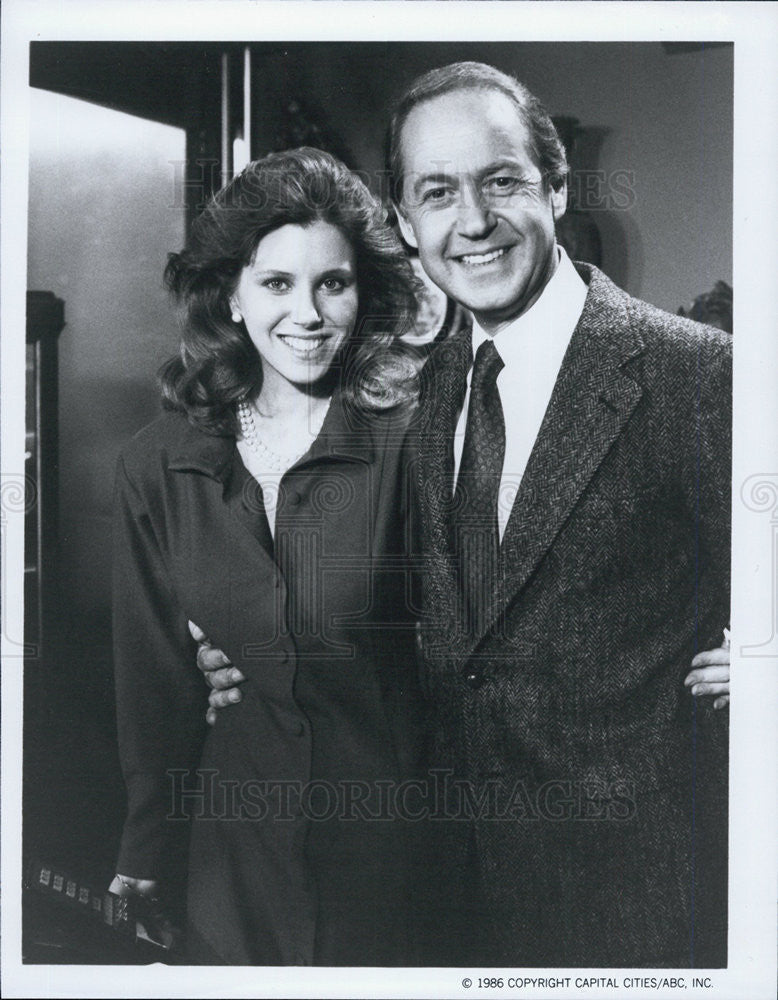 1987 Press Photo Claudia Lonow John Standing Arthur Hailey Hotel ABC - Historic Images