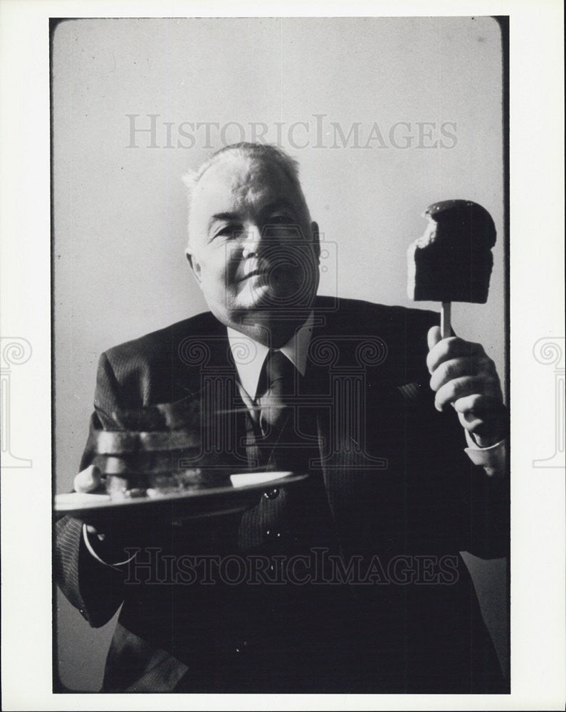 1990 Press Photo Man holds a plate of bread and ice cream bar - Historic Images