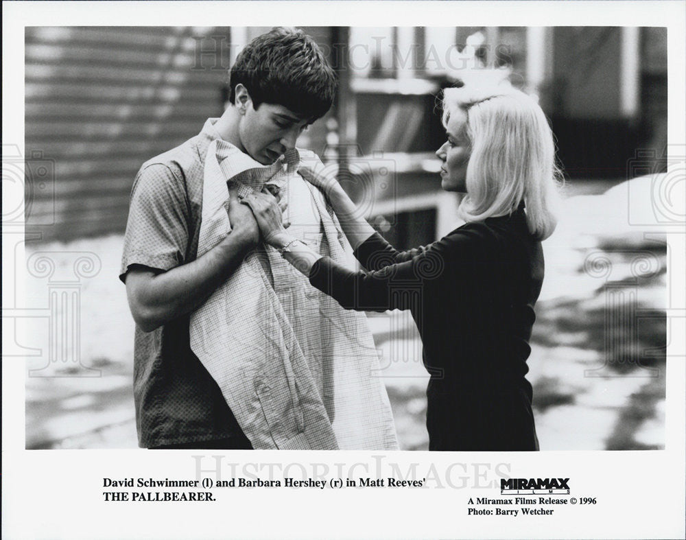 "1996 Press Photo Actors David Schwimmer And Barbara Hershey In ""The Pallbearer"" - Historic Images"