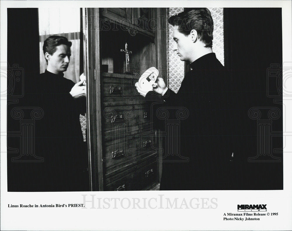 Press Photo Linus Roache in Priest - Historic Images