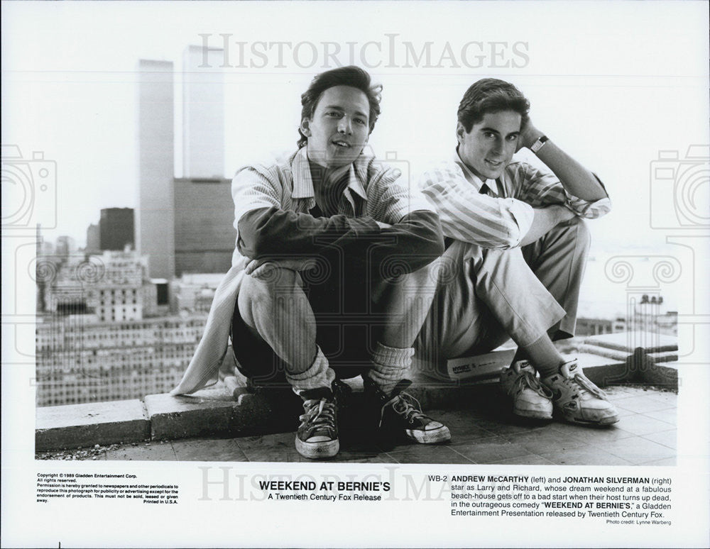 1989 Press Photo Weekend At Bernie's Andrew McCarthy and Jonathan Silverman - Historic Images